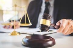 Beurteilen Sie Hammer mit Gerechtigkeitsrechtsanwälten, Geschäftsmann in der Klage oder Rechtsanwalt lizenzfreie stockfotos