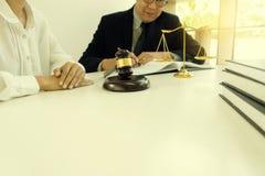 Beurteilen Sie Hammer mit Gerechtigkeitsrechtsanwälten, Geschäftsmann in der Klage oder Rechtsanwalt lizenzfreie stockbilder