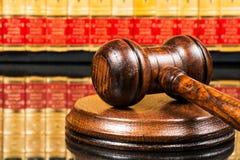 Beurteilen Sie Hammer mit Gesetzbüchern im Hintergrund stockbild