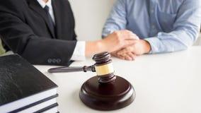 Beurteilen Sie Hammer mit Rechtsanwaltrat legal an der Sozietät im Hintergrund Lizenzfreies Stockbild