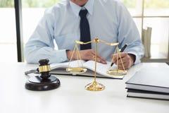 Beurteilen Sie Hammer mit Skalen von Gerechtigkeit, die männlichen Rechtsanwälte, die Haben bearbeiten lizenzfreie stockfotos