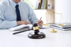 Beurteilen Sie Hammer mit Skalen von Gerechtigkeit, die männlichen Rechtsanwälte, die Haben bearbeiten lizenzfreies stockfoto