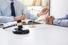 Beurteilen Sie Hammer mit Skalen von Gerechtigkeit, von Geschäftsleuten und von männlichem Gesetz stockfotos