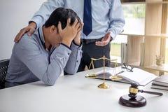 Beurteilen Sie Hammer mit Skalen von Gerechtigkeit, von Geschäftsleuten und von männlichem Gesetz lizenzfreie stockfotografie