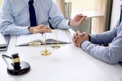 Beurteilen Sie Hammer mit Skalen von Gerechtigkeit, von Geschäftsleuten und von männlichem Gesetz stockfotografie
