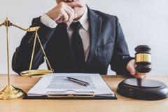 Beurteilen Sie Hammer mit Skalen von Gerechtigkeit, professionelle männliche Rechtsanwälte oder lizenzfreies stockbild