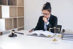 Beurteilen Sie Hammer mit Skalen von Gerechtigkeit, professionelle weibliche Rechtsanwälte stockfotos