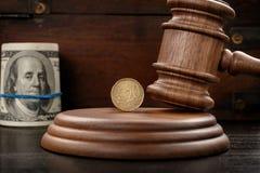 Beurteilen Sie Hammer mit zwanzig eurocent und gerolltes Bündel Dollar Stockbilder