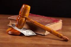 Beurteilen Sie Hammer und Geld stockbild