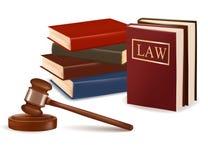 Beurteilen Sie Hammer und Gesetzbücher. Stockfotografie