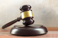 Beurteilen Sie Hammer und Sound-Karte auf einem hölzernen Schreibtisch, Gerechtigkeitssymbol und Lizenzfreies Stockbild