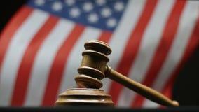 Beurteilen Sie ` s Hammer auf Block gegen die amerikanische Flagge, die in USA-Gericht wellenartig bewegt stock video