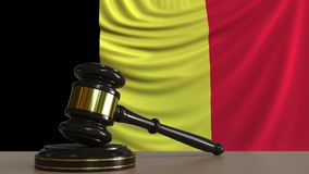 Beurteilen Sie ` s Hammer und blockieren Sie gegen die Flagge von Belgien Begriffs-Wiedergabe 3D des belgischen Gerichtes Vektor Abbildung