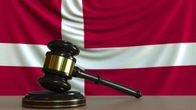 Beurteilen Sie ` s Hammer und blockieren Sie gegen die Flagge von Dänemark Begriffs-Wiedergabe 3D des dänischen Gerichtes Lizenzfreie Abbildung