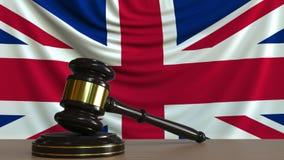 Beurteilen Sie ` s Hammer und blockieren Sie gegen die Flagge von Großbritannien Begriffs-Wiedergabe 3D des britischen Gerichtes Vektor Abbildung