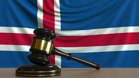 Beurteilen Sie ` s Hammer und blockieren Sie gegen die Flagge von Island Begriffs-Wiedergabe 3D des isländischen Gerichtes Stock Abbildung