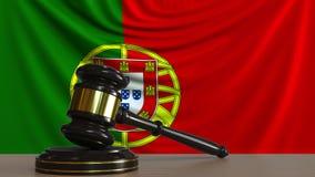 Beurteilen Sie ` s Hammer und blockieren Sie gegen die Flagge von Portugal Begriffs-Wiedergabe 3D des portugiesischen Gerichtes Stockbild