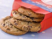 Beutel der Milchschokolade-Chip-Plätzchen Lizenzfreie Stockbilder