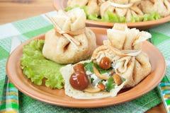 Beutel der Pfannkuchen angefüllt mit Pilzen Lizenzfreies Stockfoto