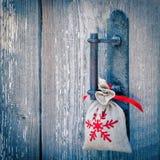 Beutel mit einem Weihnachtsgeschenk Lizenzfreie Stockfotos