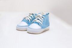 Beuten des blauen Babys für einen Jungen auf einer weißen Tabelle Stockfoto