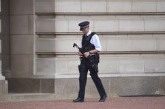 Beväpnad brittisk polis Fotografering för Bildbyråer