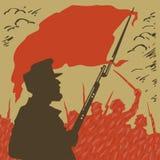 Beväpnad man med en röd flagga på en bakgrund av revolutionen Arkivfoton