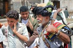 Beväpnad man med geväret i Yemen Arkivbild