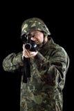 Beväpnad man som pekar ett vapen arkivbild