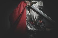 Beväpnad Praetorian romersk legionär och röd kappa, harnesk och svärd arkivbilder