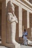 Beväpnad säkerhet i tempelegyptier Royaltyfri Foto