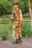Beväpnad skyddschef. Taj Mahal Indien. Royaltyfria Bilder