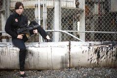 beväpnad ståendekvinna Royaltyfri Bild