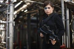 beväpnad ståendekvinna Royaltyfri Foto