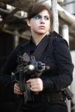 beväpnad ståendekvinna Fotografering för Bildbyråer