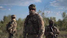 Beväpnad styrka i natur stock video