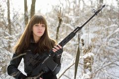 Beväpnad ung lady med en tryckspruta Arkivbilder