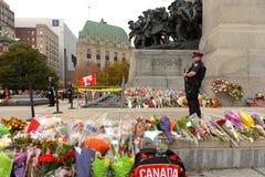 Beväpnad vakt på den Ottawa cenotafiet Royaltyfri Bild