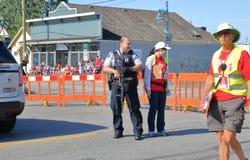 Beväpnade polis- och Kanada dagberömmar royaltyfri bild