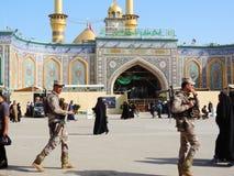 Beväpnade soldater utanför helig relikskrin av Abbas Ibn Ali, Karbala, Irak royaltyfria bilder