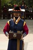 Beväpnade vakter i traditionell dräkt Royaltyfria Foton