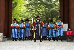Beväpnade vakter i traditionell dräkt Royaltyfri Bild