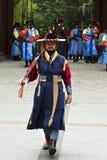 Beväpnade vakter i traditionell dräkt Arkivbild