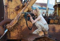 Beväpnat med ett vapen siktar kvinnan arkivbild