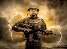 Bev?pnat soldatanseende i ett oklart v?der royaltyfria foton