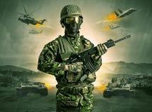 Bev?pnat soldatanseende i mitt av ett krig royaltyfria foton