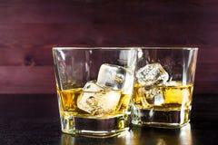 Beva la serie, vetri di whiskey sulla vecchia tavola di legno Immagini Stock