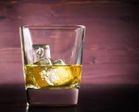 Beva la serie, vetro di whiskey sulla vecchia tavola di legno Fotografia Stock