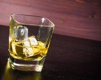 Beva la serie, vetro di whiskey sulla vecchia tavola di legno Immagine Stock Libera da Diritti