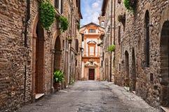 Bevagna, Perugia, Umbria, Italia: vicolo e chiesa nel vecchio rimorchio Immagini Stock Libere da Diritti